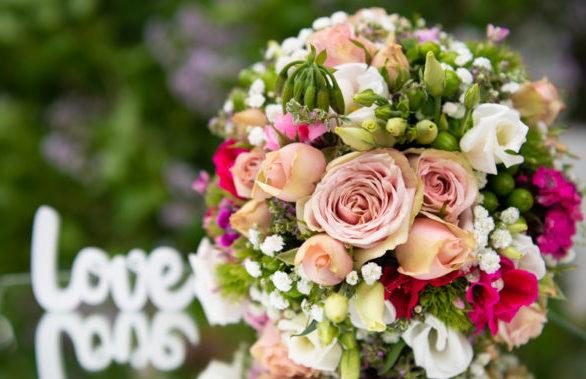 Brautstrauß auf dem Spiegel mit LOVE Schriftzug